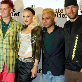 Gwen rockin' her usual crossover look, satin, ruffles and animal print...Her bandmates keep it fresh, even when sporting pink pants and plaid!